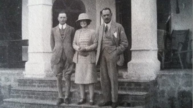 A woman stood between two men. The woman is Penelope Chetwode. Her father Sir Philip Chetwode, and his ADC Geoffrey Kellie stand either side of her.
